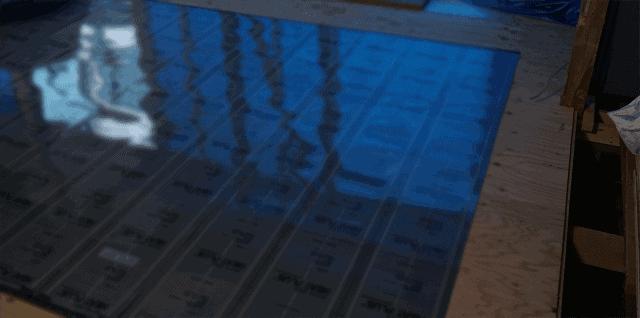 リビングに敷き詰められた遠赤外線暖房フィルム